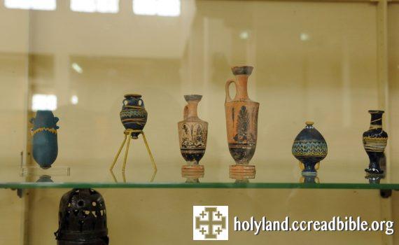 方濟各會(目前擁有並修復此地)於乃波山考古挖掘出來的文物