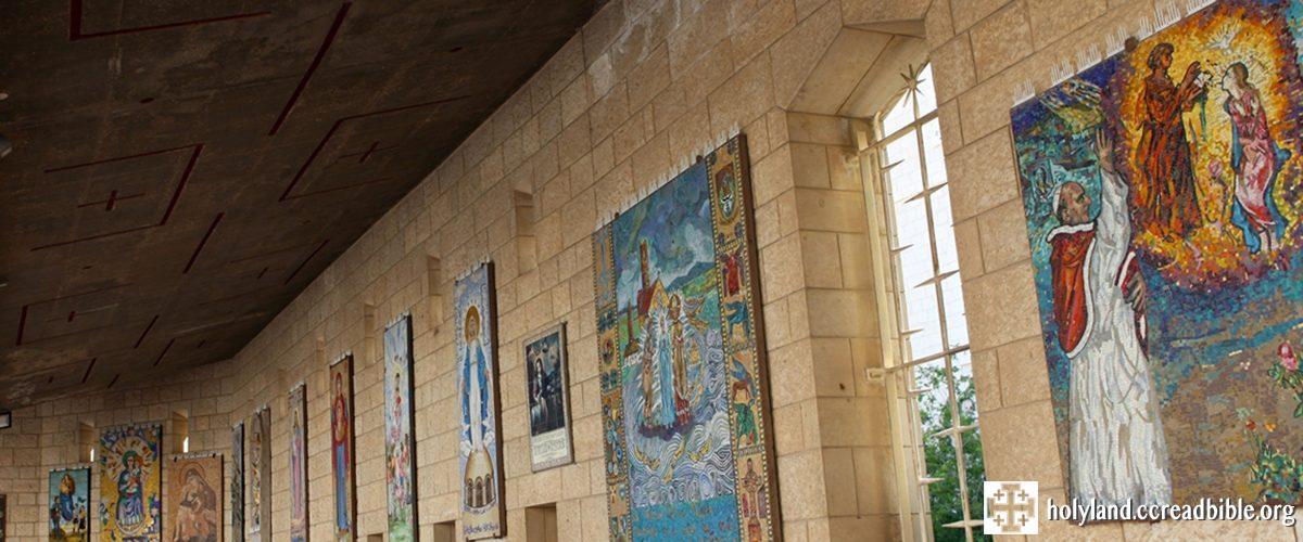 聖母領報大殿外的各國聖母像
